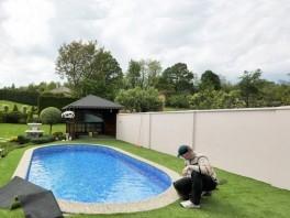 Okolie bazénu - po pokládke umelej trávy
